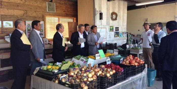 高梨農場直売所では食彩ネットワーク高梨会長が三浦野菜を紹介