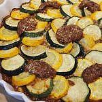 黄ズッキーニと緑ズッキーニのトマトソースオーブン焼き